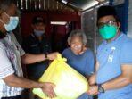 Dinas Sosial Santuni Lansia yang Hidup Sebatang Kara